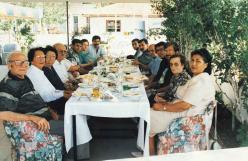 Fotoğraf (Ören'de dostları ve konuklarla yemek masasında)