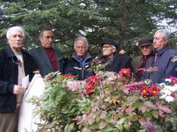Fotoğraf (İlhan Erdost'u mezarı başında anma etkinliği, 2005)