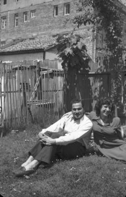 Fotoğraf (Şekibe ve Halit Çelenk Samsun'daki evlerinin bahçesinde)
